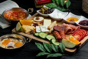 یک میز صبحانه مفصل از مواد پروتئینی